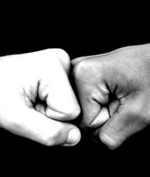 Een boks in plaats van een high five? Onrechtmatig?