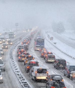 IJzig Nederland. Een ongeval door gladheid op de weg.
