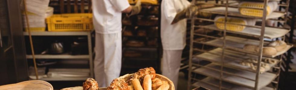 Werkgever aansprakelijk voor arbeidsongeval van werkneemster die in de bakkerij met een volle broodkar tegen een stalen kolom botst