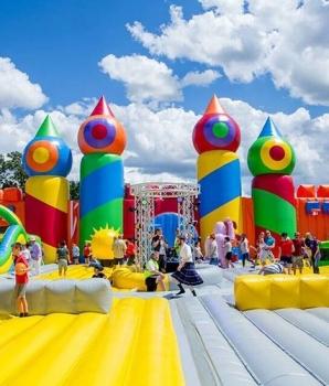 Organisator festival aansprakelijk voor letsel na sprong van 9 meter op luchtkussen?